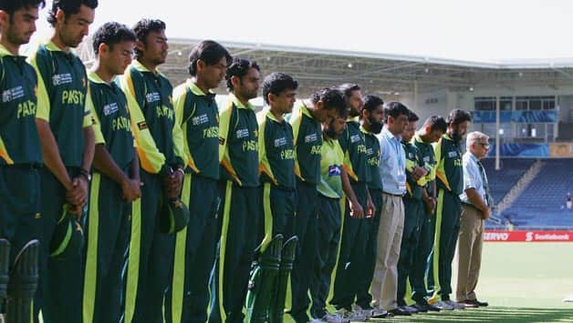 Pakistan cricket team (including manager Talat Malik) observe a minute's-silence with teammates in Bob Woolmer's memory © Getty Images