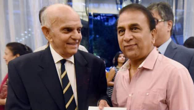Madhav Apte(L) with former India cricketer Sunil Gavaskar © PTI