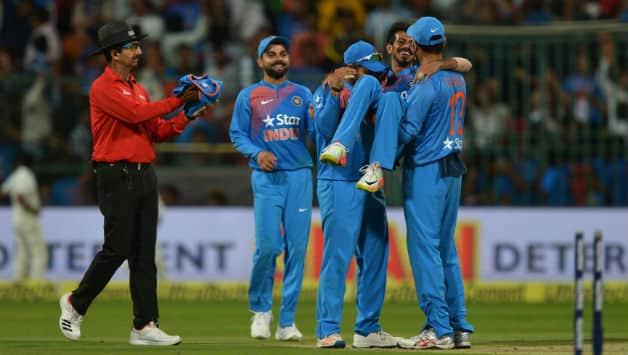 टीम इंडिया युजवेंद्र चहल के साथ जश्न मनाती हुई  © IANS