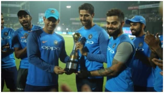 India team members felicitate Ashish Nehra before the match © ICC Twitter