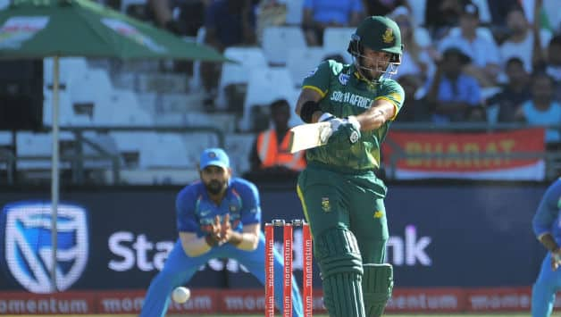 JP Duminy kept South Africa's innings afloat before departing for 61 © AFP