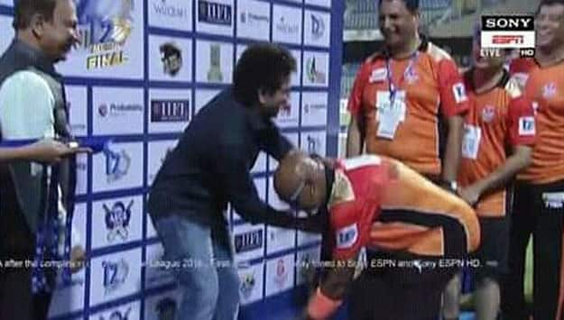 Mumbai T20 League Final: Vinod Kambli touched Sachin Tendulkar's feet during presentation ceremony