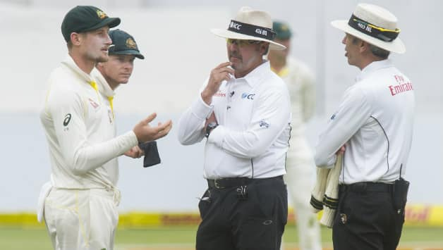 Cameron Bancroft and Steven Smith were confronted by umpire after they suspect of ball-tampering (Image courtesy: Getty)