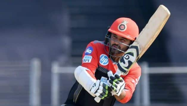 Umpire survives shot from Parthiv Patel, RCB lose 3 runs