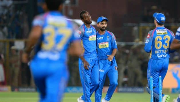 Jofra Archer (center) and Ajinkya Rahane (second from right) © AFP