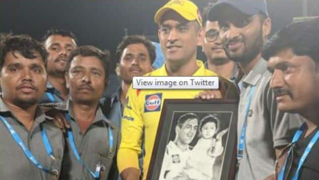 Mahendra Singh Dhoni met pune ground staff after CSK, KXIP tie