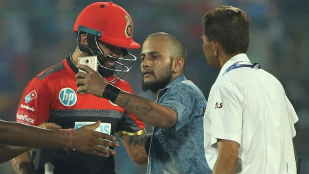 IPL 2018 : Fan take selfie with Captain Virat Kohli at Firozshah Kotla stadium