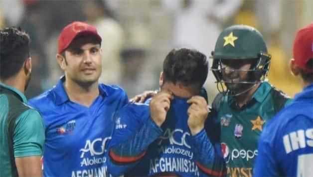 Asia Cup 2018 : Shoaib Malik consoles sobbing Afghanistan bowler Aftab Alam