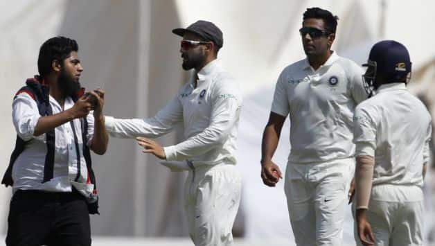 A intruder try to take selfies with Indian skipper Virat Kohli