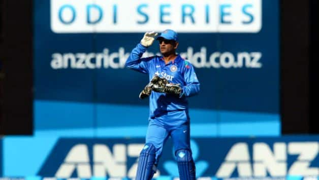 "MS Dhoni gave ball to Sanjay Bangar, Says ""Ball lelo nahi to bolega retirement lerahe ho"""