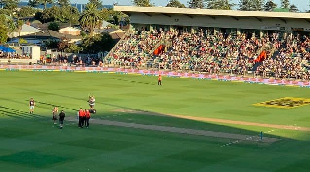 Play was interrupted when the sun made it difficult for the batsmen to spot the ball, leading to an interruption that has never been seen in international cricket before.