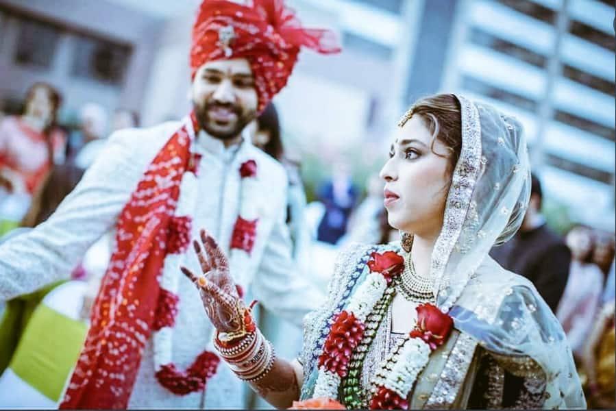 भारतीय क्रिकेटर रोहित शर्मा और उनकी पत्नी रीतिका साजदेह आज अपनी शादी की पांचवीं सालगिरह मना रहे हैं।