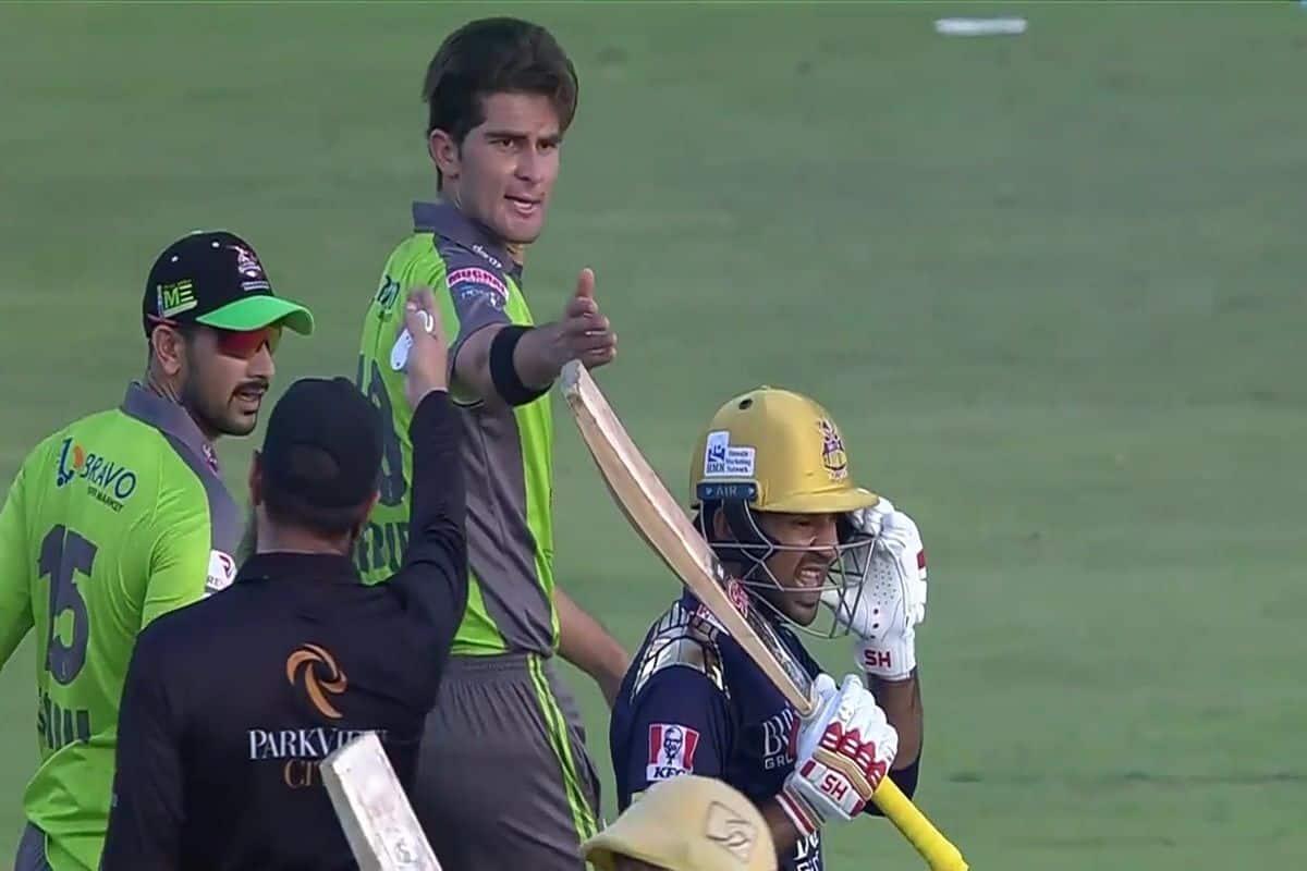 पूर्व कप्तान सरफराज अहमद और बायें हाथ के तेज गेंदबाज शाहीन शाह अफरीदी के बीच अबु धाबी में लाहौर कलंदर्स और क्वेटा ग्लेडिएटर्स के बीच पीएसएल के मैच के दौरान तीखी बहस हो गई.
