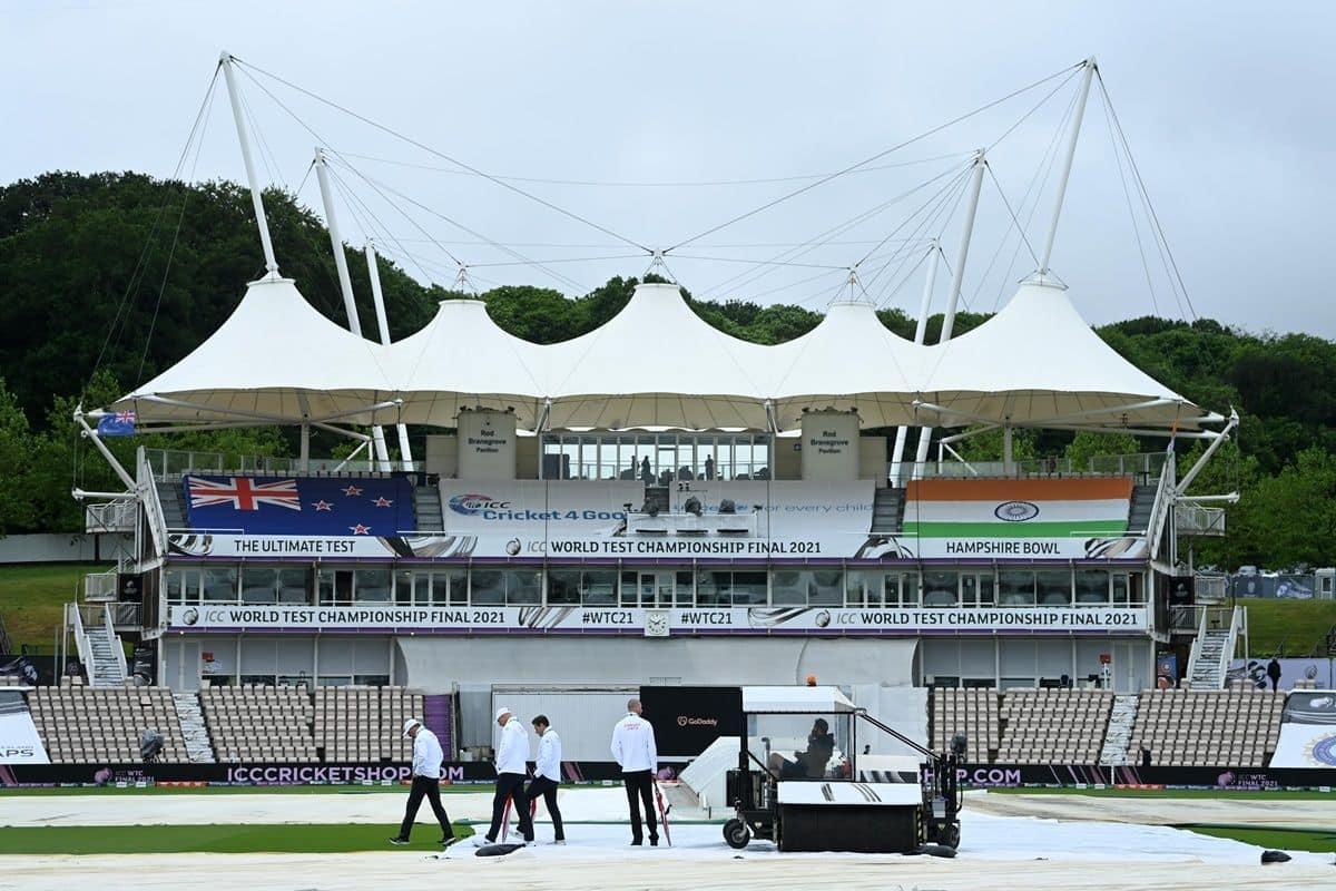 भारत और न्यूजीलैंड के बीच बहु प्रतीक्षित विश्व टेस्ट चैंपियनशिप (डब्ल्यूटीसी) फाइनल के पहले दिन का खेल 18 जून को बारिश की भेंट चढ़ गया, जिससे अब यह मैच आवश्यकता पड़ने पर सुरक्षित दिन यानी छठे दिन तक खेला जाएगा.