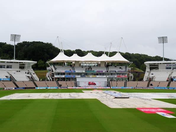 Rain delays Rose Bowl Test start