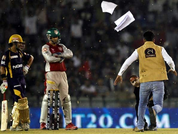 IPL 2012: Fans invade pitch during KXIP-KKR clash