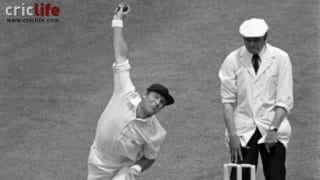 Geoffrey Boycott bowls in 1979 World Cup final