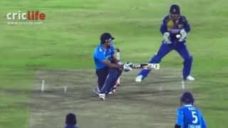 Kumar Sangakkara does a Steve Smith!