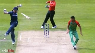 Richie Berrington obstructs boundary from non-striker's end