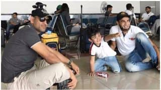 IPL 2017: When MS Dhoni played with Imran Tahir's son while sitting in floor at Airport