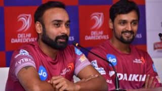IPL 10: Amit Mishra stopped Tymal mills slow bouncer by hand, watch video