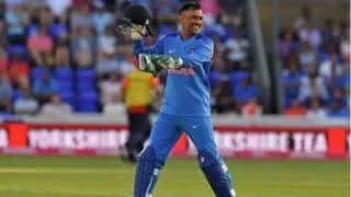 'टीम इंडिया के लिए धोनी अनमोल, विपक्षी टीम को दबाव में रखते हैं'