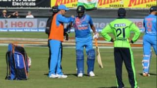 Photo: सुरैश रैना के लिए मैदान पर ड्रिंक्स लेकर आए महेंद्र सिंह धोनी