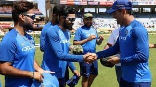VIDEO: रांची वनडे में मिलिट्री कैप में नजर आई टीम इंडिया, धोनी ने दी कैप