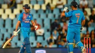 MS Dhoni verbally abuses Manish Pandey: Watch video
