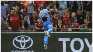 Big Bash League 2017-18: Adelaide Strikers Ben Laughlin and Jake Weatherald takes greatest boundary catch, Watch Video