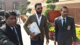 प्रधानमंत्री को शादी का कार्ड देने संसद पहुंचे युवराज सिंह