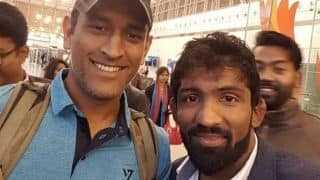 Dhoni runs into Indian wrestler Yogeshwar at Delhi airport