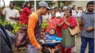 पांचवें वनडे से पहले तिरुवनंतपुरम में स्पेशल फैन से मिले महेंद्र सिंह धोनी