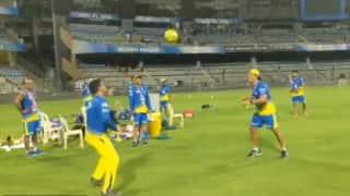 वीडियो: वानखेड़े के मैदान पर फुटबॉल खेलते नजर आए महेंद्र सिंह धोनी