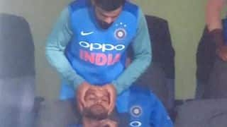 तीसरे टी20 के दौरान शिखर धवन का सिर दबाते दिखे कप्तान विराट कोहली