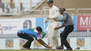 क्विंटन डी कॉक के पैर छूने सुरक्षा तोड़कर मैदान में घुसा फैन