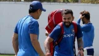 महेंद्र सिंह धोनी ने 'ड्राइवर' बनकर रांची में किया टीम इंडिया का स्वागत