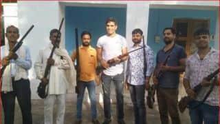 दुनाली के साथ सोशल मीडिया पर भारतीय तेज गेंदबाज ने डाली तस्वीर
