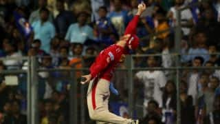 IPL 2017: Martin Guptilll took a one-handed stunner at the boundary line to dismiss Simmons vs Mumbai Indians(MI)