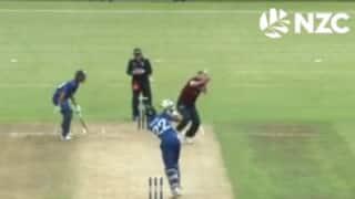 गेंदबाज के सिर पर लगकर बाउंड्री पार गई गेंद, अंपायर ने किया 6 रन का इशारा