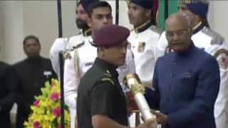 2011 विश्व कप की सातवीं सालगिरह पर महेंद्र सिंह धोनी को पद्म भूषण से नवाजा गया