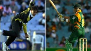 Shoaib Akhtar bowls a hellish over; Herschelle Gibbs carries his bat