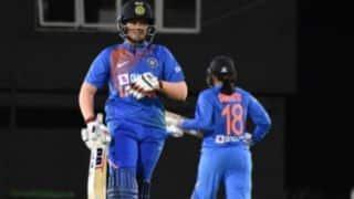 महेंद्र सिंह धोनी, वीरेंदर सहवाग की तरह खेलना सीखेगी शेफाली: कोच रमन
